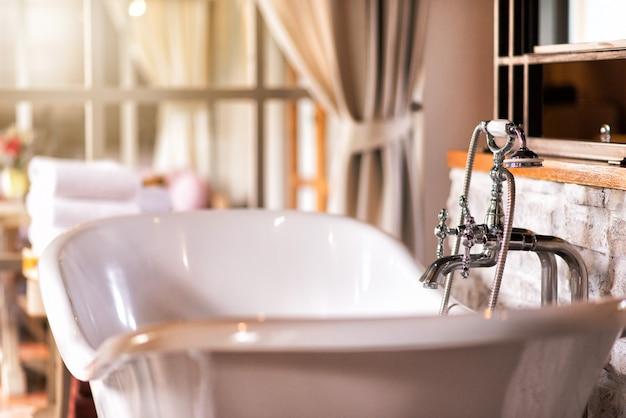 Luxuoso banheiro estilo vintage dentro da casa