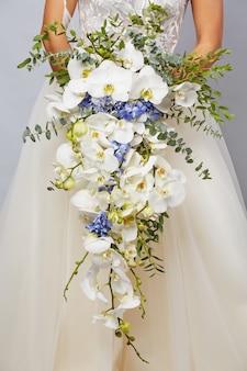 Luxuoso buquê da noiva em close-up de orquídeas e hortênsias
