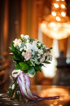 Luxuoso buquê de rosas cor de rosa e brancas cremosas com lindas fitas em interio