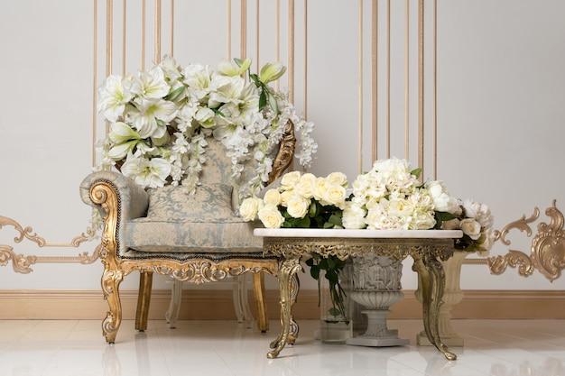 Luxuoso interior vintage em estilo aristocrático com poltrona elegante e flores. retrô, clássicos.