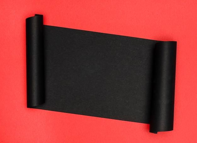 Luxuoso pedaço de papel preto sobre fundo vermelho