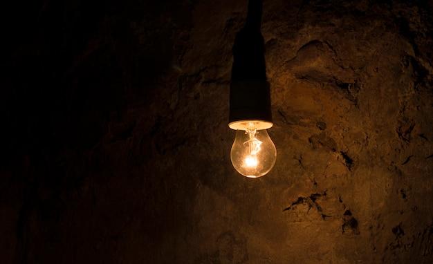 Luz acesa em um quarto escuro