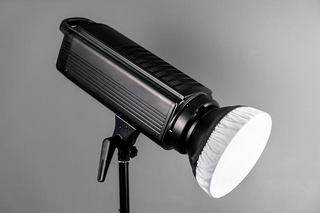 Luz adicional em um estúdio fotográfico em cinza