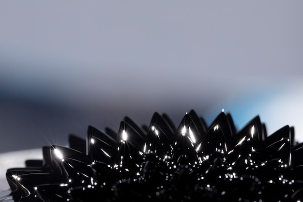 Luz azul metal líquido ferromagnético com espaço de cópia