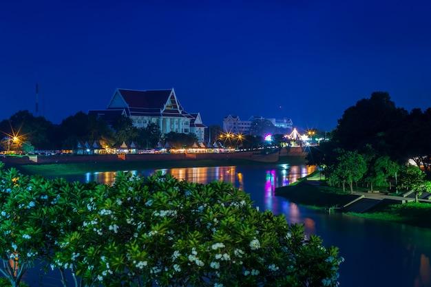 Luz bonita no rio de nan na noite na cidade de phitsanulok, tailândia.
