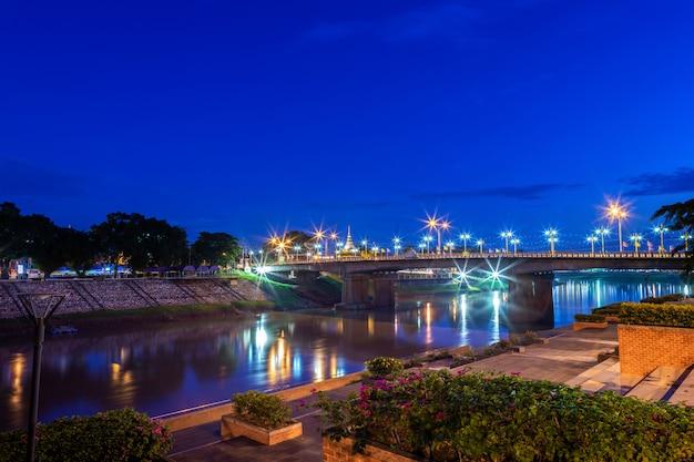 Luz bonita no rio de nan na noite na ponte na cidade de phitsanulok, tailândia.