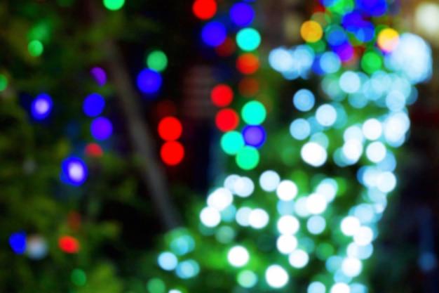 Luz branca, vermelha, azul e verde do bokeh do festival. borrão de brilho claro.