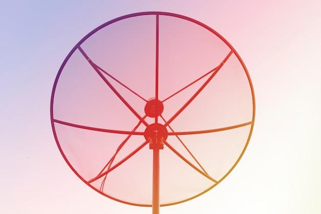 Luz brilhante da antena parabólica da silhueta fundo da natureza.