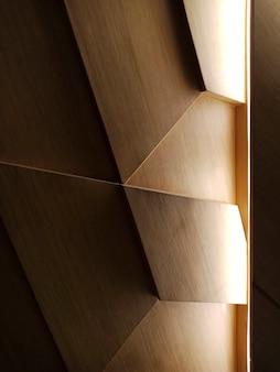Luz caindo em um desenho abstrato de madeira