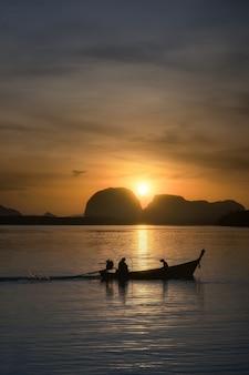 Luz da manhã na vila de pescadores de phang nga