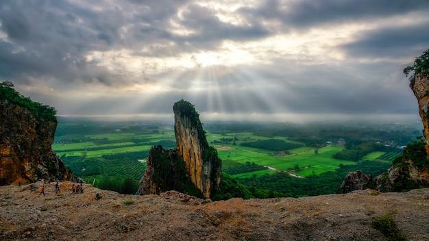 Luz da manhã nas montanhas de uma antiga pedreira no sul da tailândia