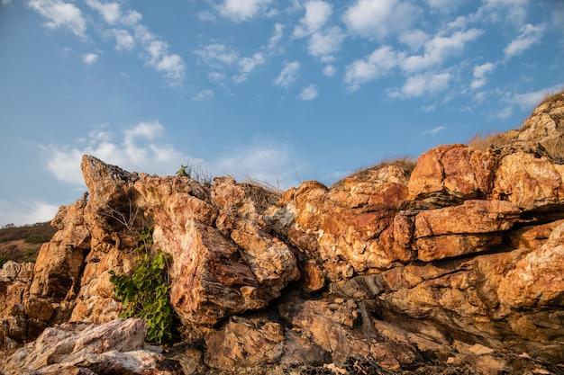 Luz da noite sobre as formações rochosas de khao laem ya, rayong, tailândia