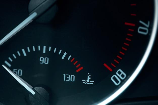 Luz de advertência do medidor de combustível vazio no painel do carro