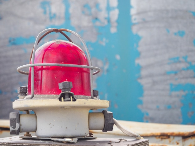Luz de aviso vermelha em uma mesa azul