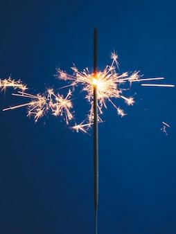 Luz de bengala brilhante sobre fundo azul