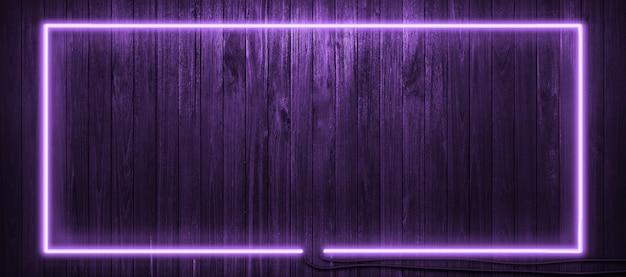 Luz de néon no fundo da parede de madeira.