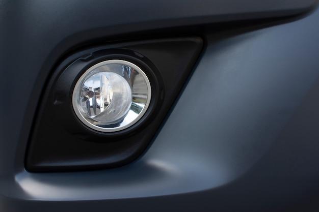 Luz de nevoeiro no pára-choques dianteiro de um carro.