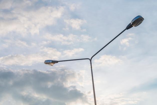 Luz de rua no céu azul