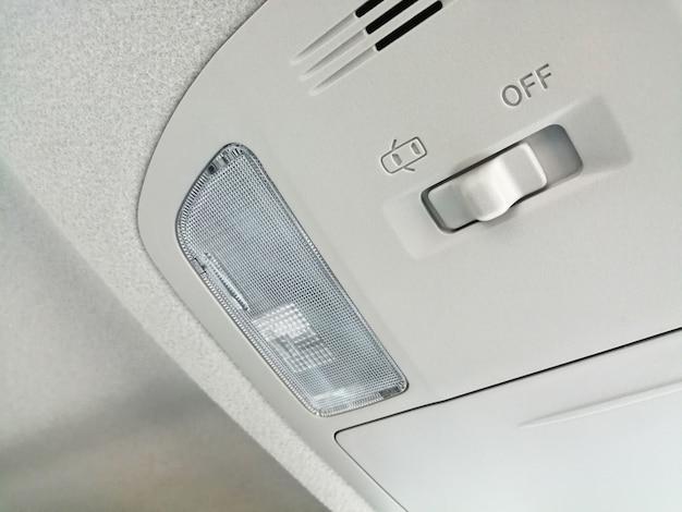 Luz de teto do carro com interruptor no interior do carro.