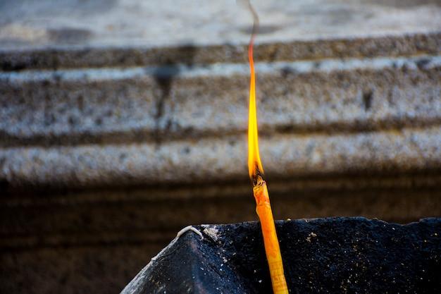 Luz de velas para adorar o sagrado. o respeito pelo budismo é a crença dos budistas tailandeses.