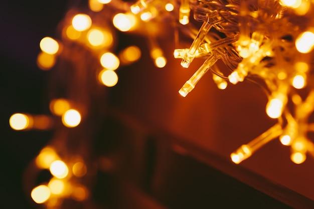 Luz do bokeh da guirlanda do feriado de perto
