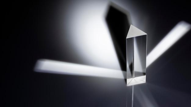 Luz do espectro do prisma e refração em preto e branco