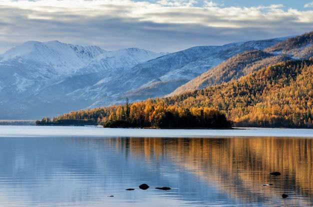 Luz do nascer do sol neste lago bastante montanha