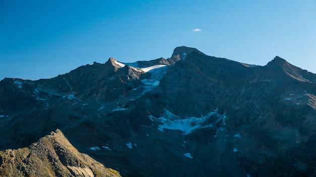 Luz do por do sol sobre geleiras de morte se aposentando nos cumes franceses italianos. conceito de mudança climática.
