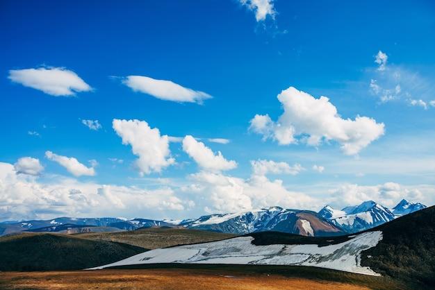 Luz do sol no vale das montanhas perto da bela geleira na encosta