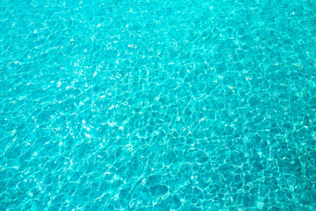 Luz do sol refletindo ou brilho cintilante na água do mar ou oceano.