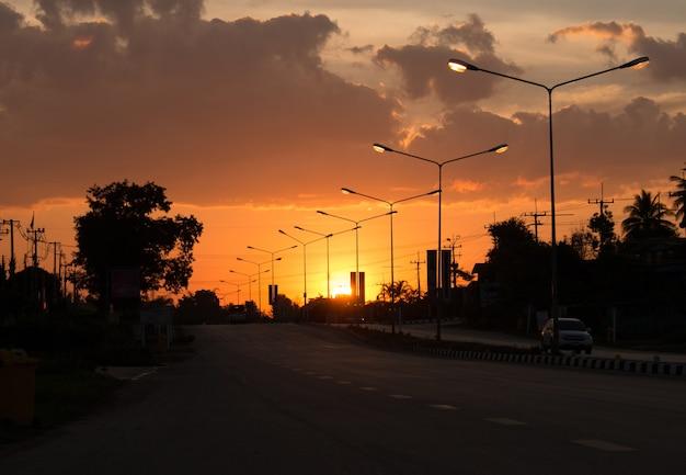 Luz em carga e luz dourada com ambiente silhouette, alto nível de ruído. aumento do sol ou horário do sol