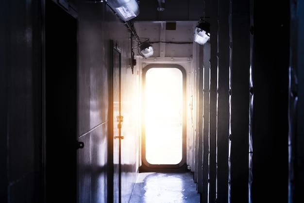 Luz, entrar, através, porta aberta, para, um, escuro, vazio, sala