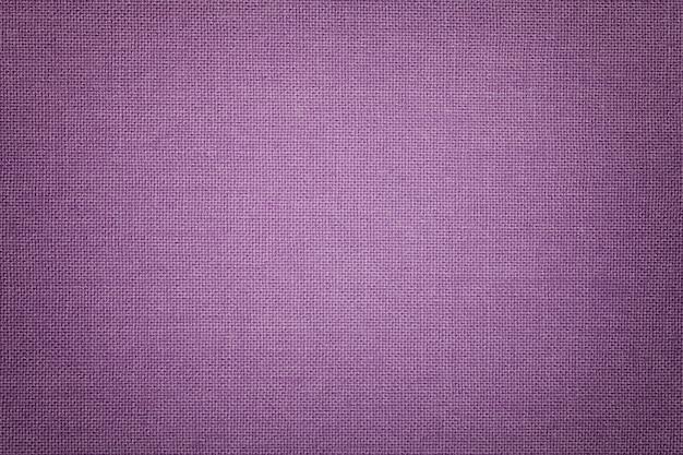Luz - fundo violeta de um material de matéria têxtil com teste padrão de vime, close up.