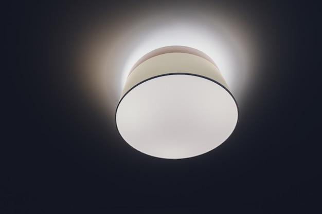 Luz moderna interior no teto futurista do shopping com iluminação.