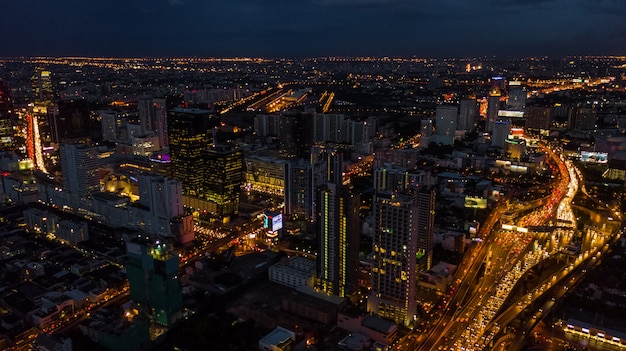 Luz na cidade, luz de edifícios e estradas