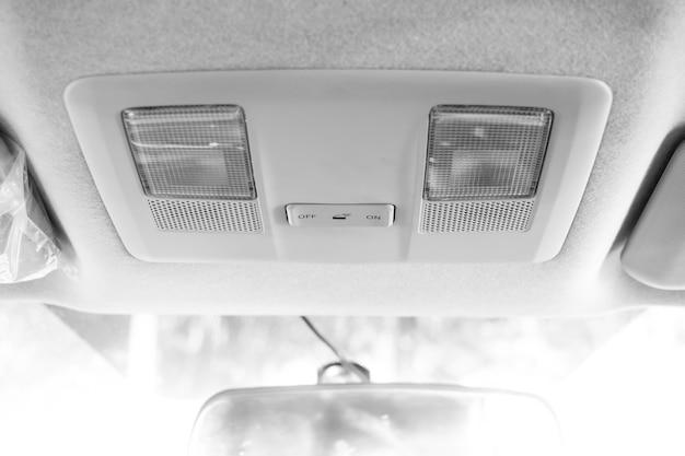 Luz no teto em carro moderno