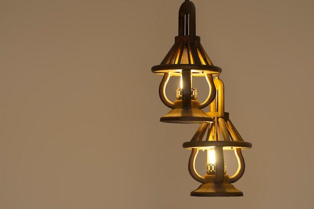 Luz pingente com lâmpada moderna. candelabro em luz ambiente.