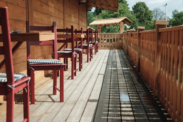 Luz solar e mesa e cadeiras na varanda moderna