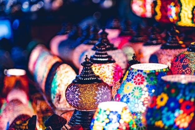 Luz suave incrivelmente bela de lâmpadas árabes no mercado de rua