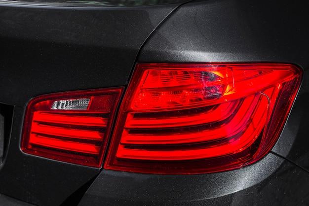 Luz traseira elegante no novo automóvel escuro
