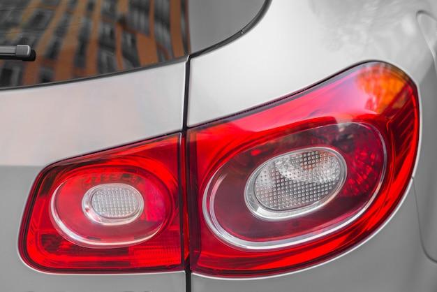 Luz traseira elegante no novo automóvel prateado