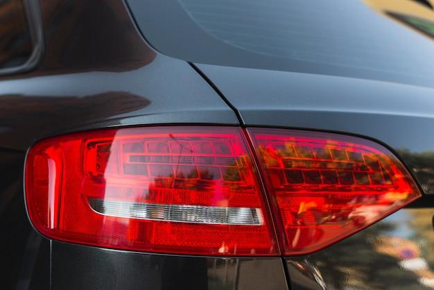 Luz traseira elegante no novo automóvel preto