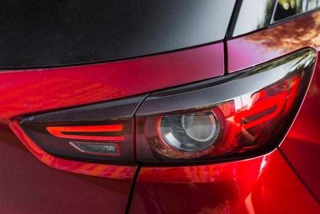 Luz traseira elegante no novo automóvel vermelho