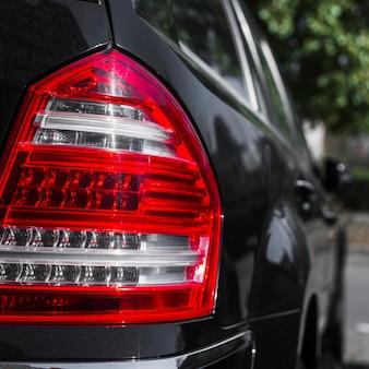 Luz traseira elegante no novo carro escuro