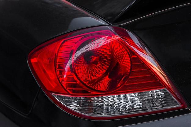 Luz traseira em automóvel novo escuro