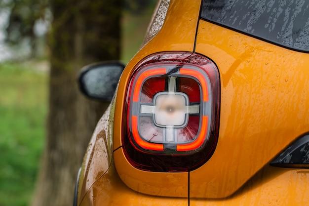Luz traseira moderna de um carro. luz de freio e flecha de grande suv. luz traseira do carro close-up vista. luz traseira.