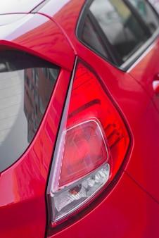 Luz traseira moderna no auto vermelho
