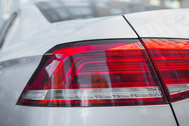 Luz traseira moderna no novo automóvel branco