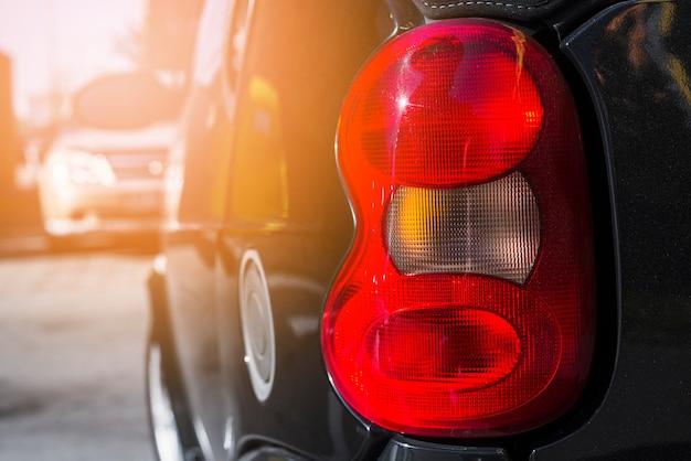 Luz traseira no carro preto