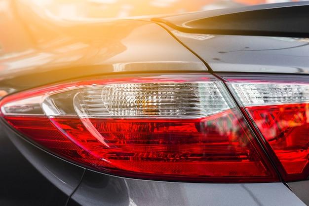 Luz traseira no novo carro cinzento